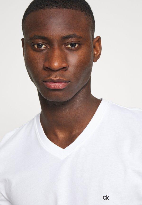Calvin Klein V-NECK CHEST LOGO - T-shirt basic - white/biały Odzież Męska UEXA