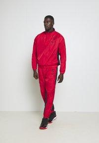 Nike Performance - NBA CHICAGO BULLS TRACKSUIT - Fanartikel - university red/black - 0