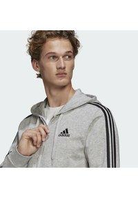 adidas Performance - ESSENTIALS FRENCH TERRY 3-STRIPES FULL-ZIP HOODIE - Felpa con zip - grey - 4