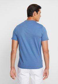 Lacoste - T-shirt med print - rois - 2