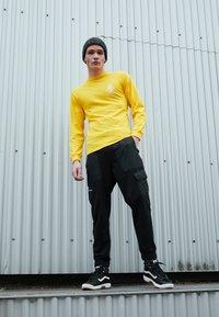 Vans - MN 66 SUPPLY LS - Print T-shirt - lemon chrome - 4