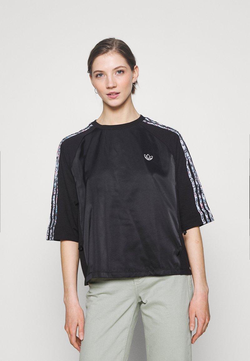 adidas Originals - BOXY - T-shirts med print - black