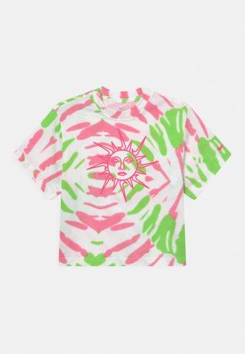 BOXY TIE DYE - Camiseta estampada - white/sunset pulse/green strike