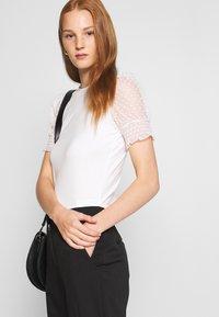 Dorothy Perkins - DOBBY PUFF SLEEVE  - Print T-shirt - white - 4