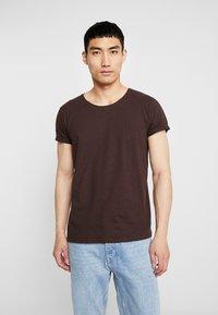 Resteröds - JIMMY  - Basic T-shirt - black coffe - 0