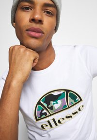 Ellesse - HEBBER - T-shirt z nadrukiem - white - 5