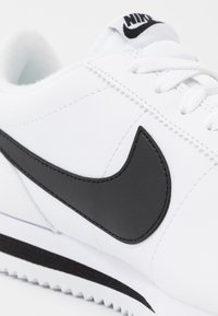 Nike Sportswear - CORTEZ BASIC - Matalavartiset tennarit - white/black/metallic silver - 5
