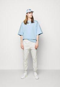 Martin Asbjørn - TEE - Print T-shirt - dream blue - 1