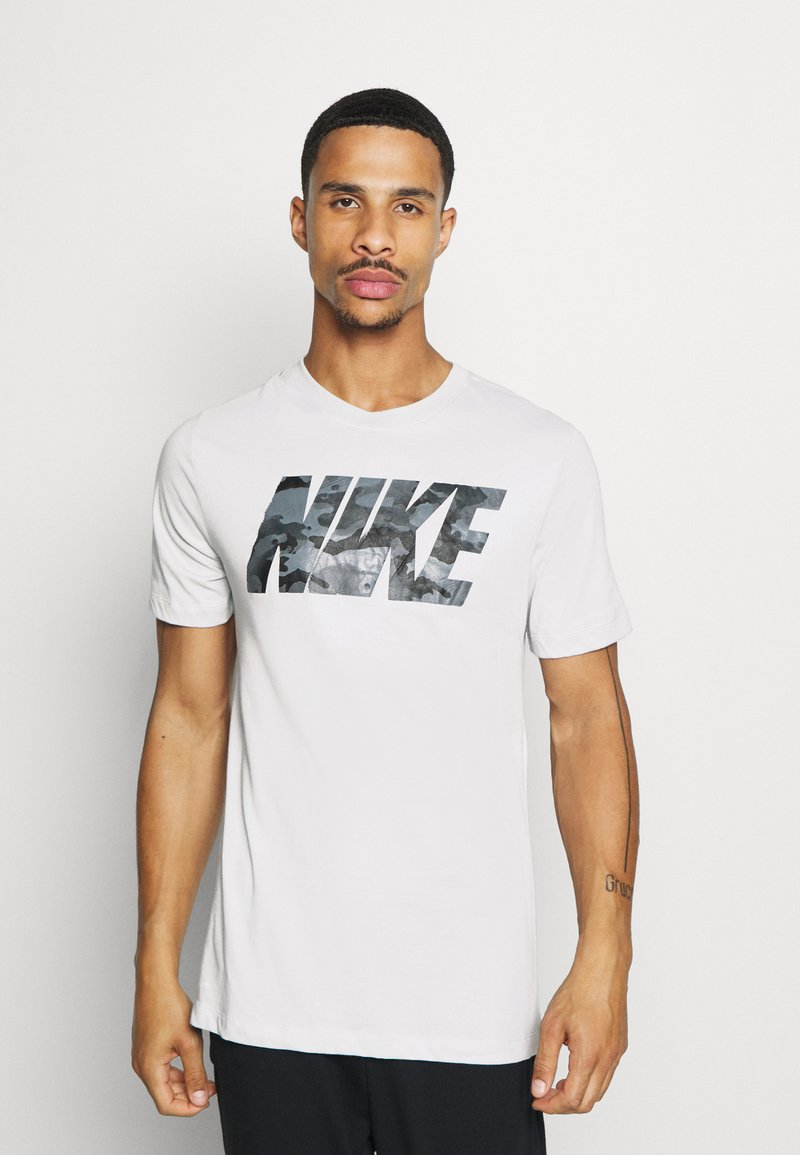 Nike Performance - DRY TEE BLOCK - T-shirt med print - grey fog