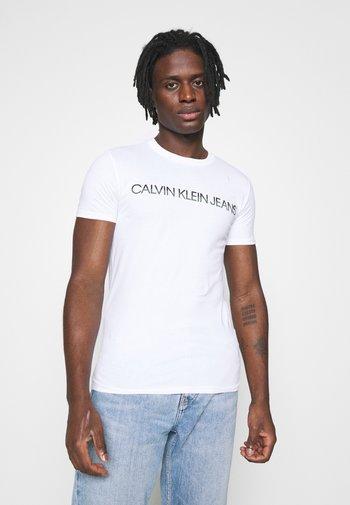 MIXED TECHNIQUE INSTIT LOGO TEE UNISEX - T-shirt med print - bright white