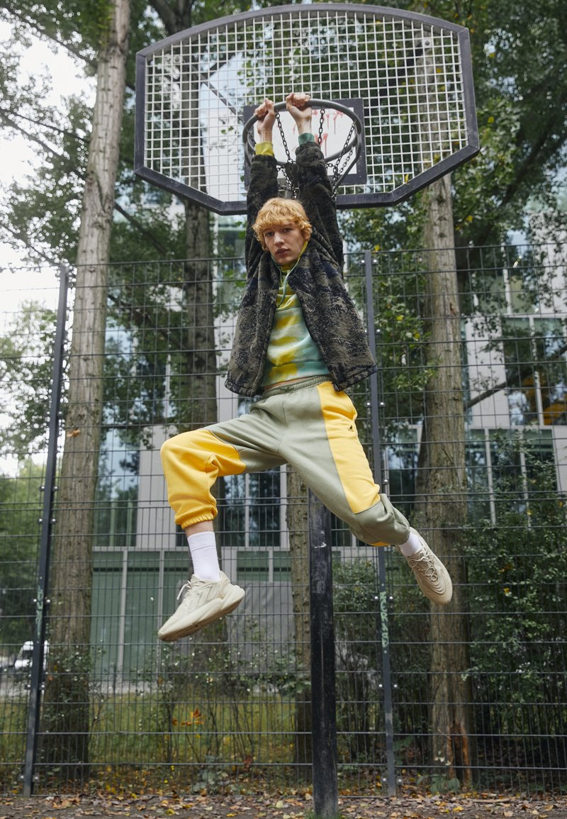 adidas Originals - OZELIA UNISEX - Sneakersy niskie - beige