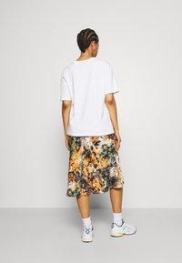 Never Fully Dressed - BLOOM PRINT SLIP SKIRT - Pencil skirt - navy/multi - 2