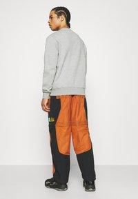 Jordan - TRACK PANT - Träningsbyxor - monarch/black/opti yellow - 2