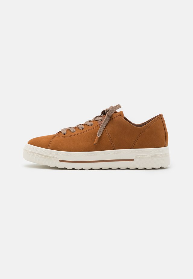 Trainers - walnut
