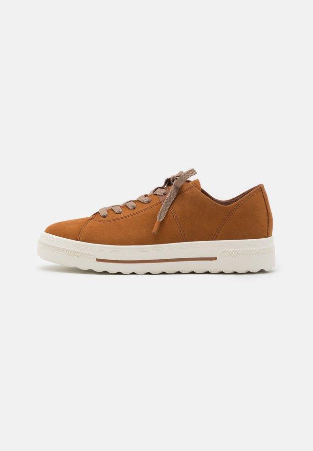 Sneakers laag - walnut