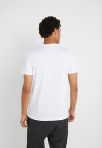 PS Paul Smith - LIM FIT SPACE MONKEY - Triko s potiskem - white - 2