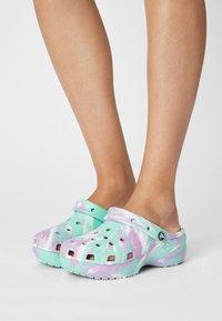Crocs - CLASSIC PLATFORM MARBLED  - Pantofle na podpatku - pistachio/multi - 0