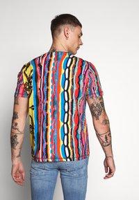 Carlo Colucci - Print T-shirt - indigo/red/yellow - 2