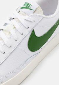 Nike Sportswear - BLAZER - Matalavartiset tennarit - white/forest green/sail - 5