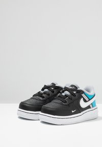 Nike Sportswear - FORCE 1 LV8  - Sneakers - black/white/light current blue/wolf grey - 3