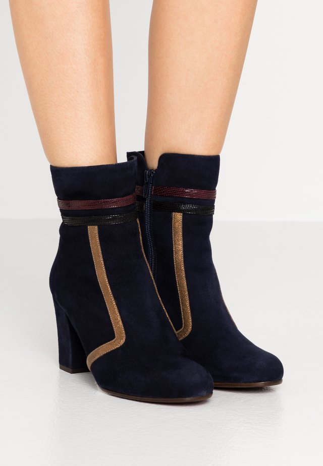 ULBITA - Classic ankle boots - noche/gloss bronce/palais terra/nuit
