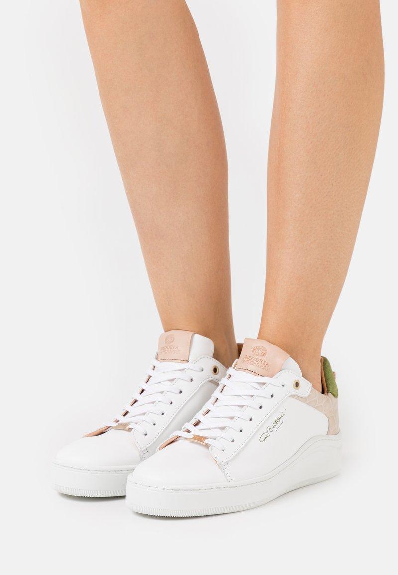 Fred de la Bretoniere - Sneakersy niskie - white/green
