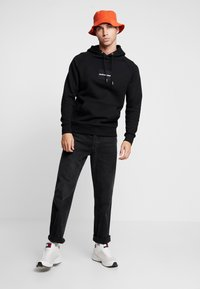 Calvin Klein Jeans - Sweat à capuche - black / white - 1