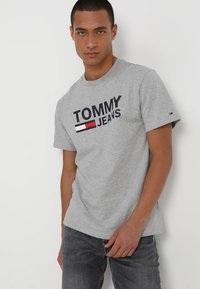 Tommy Jeans - CLASSICS LOGO TEE - T-shirt con stampa - grey - 0