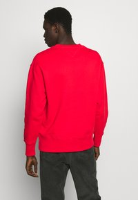 Tommy Jeans - BADGE CREW UNISEX - Sweatshirt - deep crimson - 2