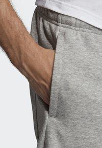 adidas Performance - MUST HAVES BADGE OF SPORT SHORTS - Sports shorts - gray - 4