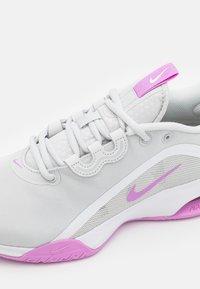 Nike Performance - AIR MAX VOLLEY - Allcourt tennissko - photon dust/fuchsia glow/white - 5