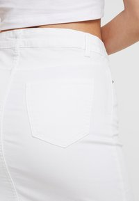 Pieces - PCAIA SKIRT  - Farkkuhame - bright white - 5