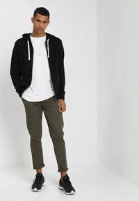 Jack & Jones - JJEHOLMEN - Bluza rozpinana - black/reg fit