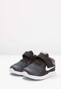 Nike Performance - REVOLUTION 4 - Neutrální běžecké boty - black/anthracite/white - 2