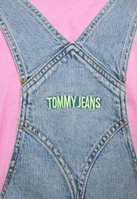 Tommy Jeans - CARGO DUNGAREE DRESS - Dongerikjole - light-blue denim - 4