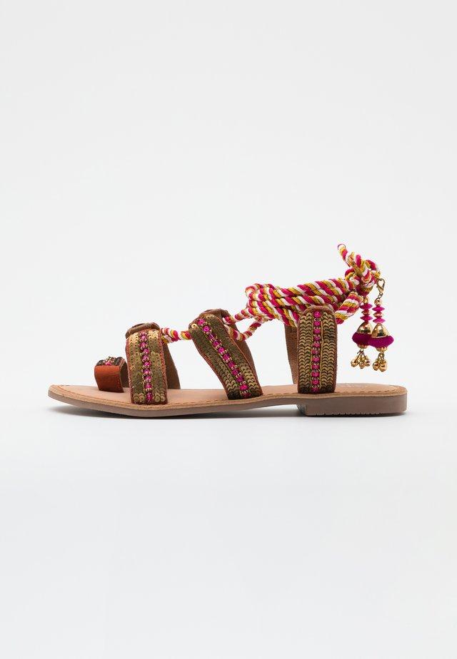 VALSINNI - Sandály s odděleným palcem - fuxia
