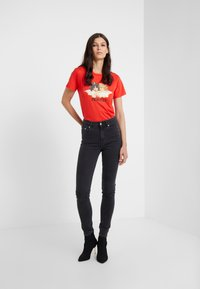 Fiorucci - VINTAGE ANGELS TEE  - Print T-shirt - blood orange - 1