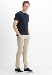 Lindbergh - CLASSIC WITH BELT - Chino - sand - 1
