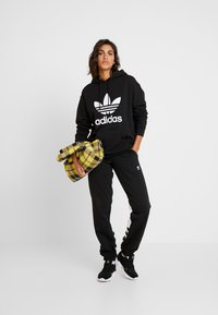 adidas Originals - ADICOLOR TREFOIL ORIGINALS HODDIE - Bluza z kapturem - black/white - 1