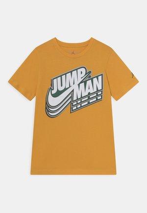 JUMPMAN CORE - T-shirt con stampa - pollen