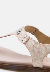 MICHAEL Michael Kors - PLATE THONG - Sandály s odděleným palcem - soft pink - 6