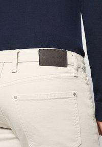 Michael Kors - PARKER - Slim fit jeans - beige - 3