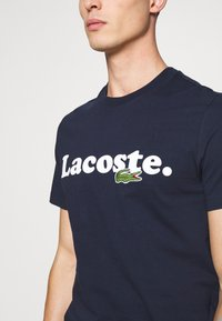 Lacoste - TH1868 - T-shirt med print - marine - 5