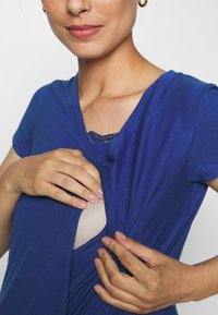 MAMALICIOUS - MLSHANA TESS CAP - Camiseta estampada - mazarine blue - 5
