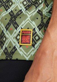 Puma - MOSCOW - T-shirt med print - capulet olive - 5