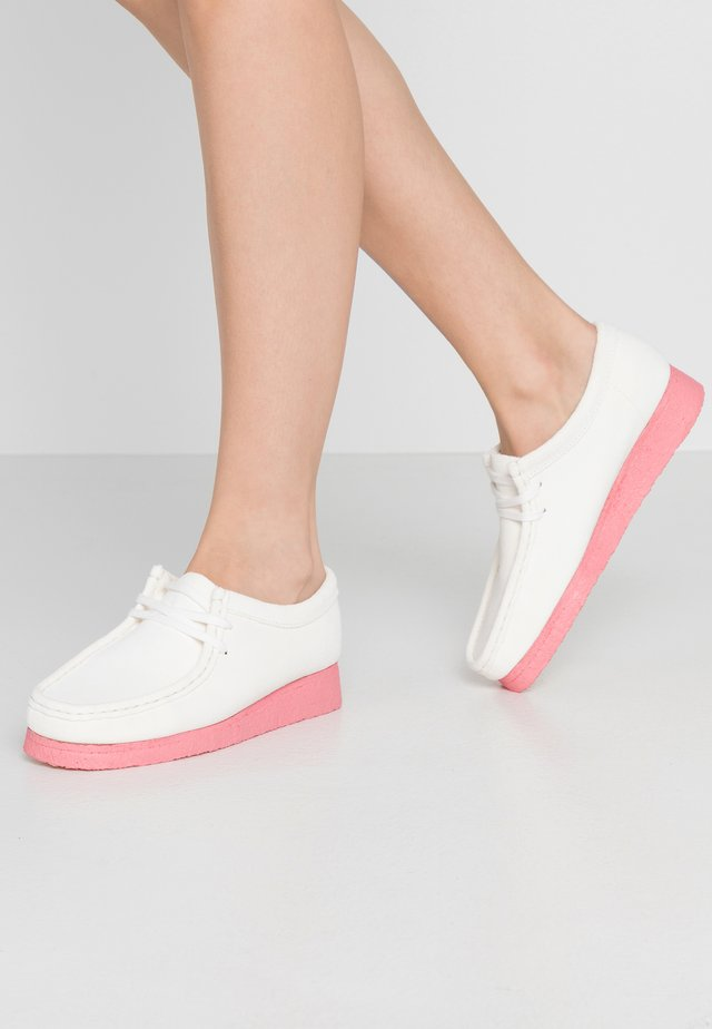 WALLABEE - Casual lace-ups - bright white