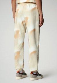 Napapijri - M-AIRBRUSH H AOP - Tracksuit bottoms - beige camou - 2