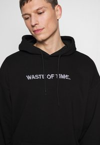 Pier One - WASTE OF TIME HOOD - Mikina s kapucí - black - 5