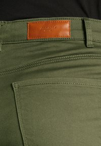 Vero Moda - VMHOT SEVEN MR FOLD SHORTS COLOR - Denim shorts - ivy green - 3