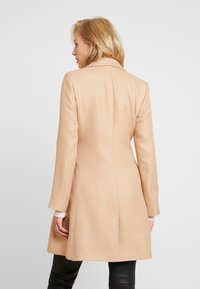 NAF NAF - ACHAMEAU - Krótki płaszcz - camel - 2